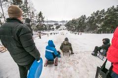 冬天在雪的家庭活动 免版税库存照片