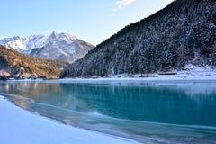 冬天在Auronzo,意大利,在夜的寒冷以后完全地结冰的湖 免版税图库摄影