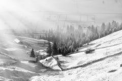 冬天场面在喀尔巴阡山脉,遥远和苛刻的环境里 免版税库存照片