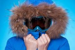 冬天外套和屏蔽感觉寒冷的滑雪者 免版税库存照片