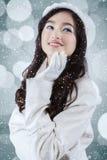 冬天外套的甜十几岁的女孩 免版税图库摄影
