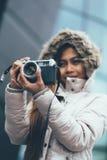 冬天外套的自由职业者亚裔摄影师 库存图片