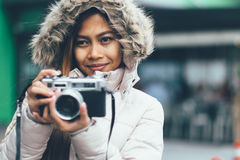 冬天外套的自由职业者亚裔摄影师 免版税图库摄影