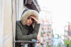 冬天外套遭受的消沉的美丽的哀伤的绝望西班牙妇女 免版税库存照片