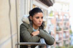 冬天外套遭受的消沉的美丽的哀伤的绝望西班牙妇女 图库摄影