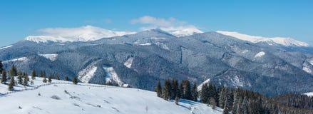 冬天多雪的山和孤立农庄 免版税图库摄影