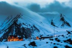 冬天多雪的山 alania高加索联邦山北ossetia俄语 免版税库存图片