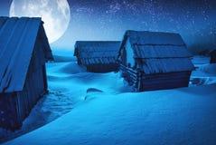 冬天夜在一个老村庄 免版税库存图片