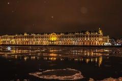 冬天夜在城市 免版税库存照片