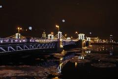 冬天夜在城市 免版税库存图片