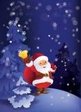 冬天夜在有礼物袋子和响铃的圣诞节森林圣诞老人里在手中 图库摄影