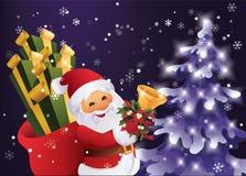 冬天夜在有礼物袋子和响铃的圣诞节森林圣诞老人里在手中 库存照片
