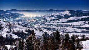 冬天夜场面在喀尔巴阡山脉,遥远和苛刻的环境里 免版税库存图片