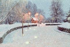 冬天夜风景有被阐明的偏僻的家的冬天风景五颜六色的视图 免版税库存图片