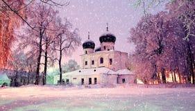 冬天夜风景-我们的夫人诞生的大教堂在圣安东尼修道院里在Veliky诺夫哥罗德,俄罗斯 免版税库存图片