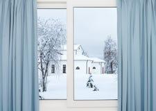 冬天大厦的窗口视图 免版税库存图片