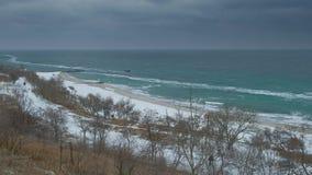 冬天大海海岸的全景与落入照相机的雪剥落,慢动作 股票录像