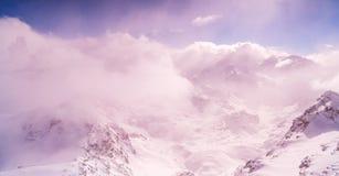 冬天天空极端高山包缠云彩太阳射线摘要背景 免版税图库摄影