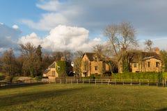 冬天太阳的老英国村庄 库存图片