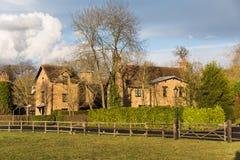 冬天太阳的老英国村庄 免版税库存图片