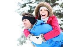 冬天夫妇愉快的肩扛 免版税库存照片