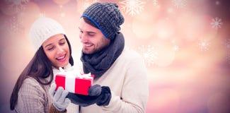 冬天夫妇的综合图象拿着礼物的 免版税库存照片