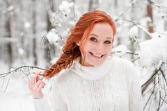 冬天女孩画象在12月森林里 库存照片