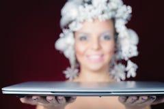 冬天女王/王后在给便携式计算机的礼物圣诞夜里 免版税库存图片