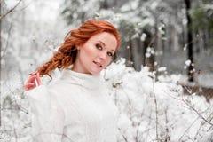 冬天好的妇女画象在12月森林里 免版税库存照片