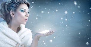 冬天妇女吹的雪-雪女王/王后 库存照片