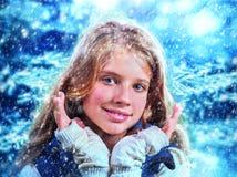 冬天妇女抓住雪花 库存照片