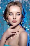 冬天妇女模型华美的秀丽构成时髦的发型 您 库存照片