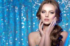 冬天妇女模型华美的秀丽构成时髦的发型 您 免版税图库摄影