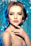 冬天妇女模型华美的秀丽构成时髦的发型 您 图库摄影