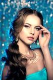 冬天妇女模型华美的秀丽构成时髦的发型 您 库存图片