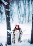 冬天妇女闭上了她的在乐趣的眼睛 免版税库存图片