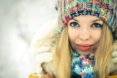 冬天妇女面孔愉快微笑 免版税库存图片