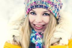 冬天妇女面孔愉快微笑 免版税图库摄影