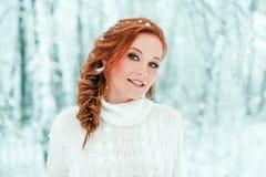 冬天妇女画象在12月森林里 库存图片