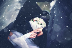 冬天婚礼夫妇新郎遇见从汽车的新娘有a的 免版税库存照片
