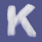 冬天字母表,由棉绒做的标志 被隔绝的蓝色背景 所有信件 高分辨率 库存图片