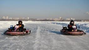 冬天季节的开头-释放开放车展-用车运送在雪轨道的冬天 Karting在冬天 库存照片