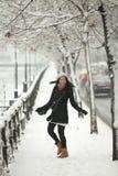 冬天季节的愉快的女孩 免版税库存照片