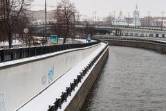 冬天季节的Yauza河 免版税库存图片