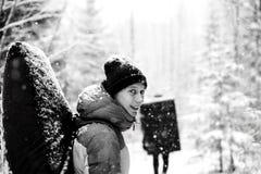 冬天室外休闲 专业攀岩运动员画象有防震垫的在他的后面Extreem体育 免版税图库摄影