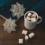 冬天家庭背景-杯子热的可可粉圣诞节和snowfl 免版税库存照片