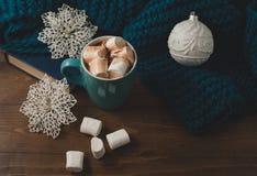 冬天家庭背景-杯子热的可可粉圣诞节球和s 库存图片