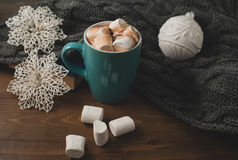 冬天家庭背景-杯子热的可可粉圣诞节球和s 免版税库存图片