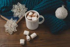 冬天家庭背景-杯子热的可可粉圣诞节球和s 图库摄影