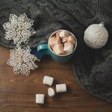 冬天家庭背景-杯子热的可可粉圣诞节球和sno 免版税库存照片